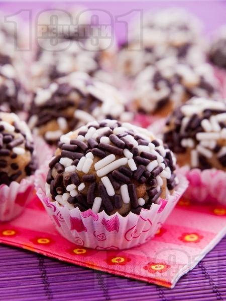 Домашни бонбони с кондензирано мляко и орехи - снимка на рецептата